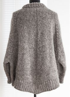 Ravelry: Arvingen pattern by Pia Hernø. This looks incredibly cozy Knitted Poncho, Knitted Shawls, Knit Cardigan, Knitting Stitches, Hand Knitting, Knitting Sweaters, Handgestrickte Pullover, How To Purl Knit, Pulls