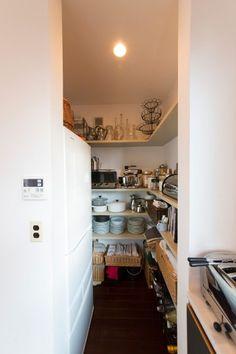 子供と楽しむ海辺の生活シンプルな白い箱に、こだわりとアイデアを凝縮   Style of Life   100%LiFE Kitchen Shelves, Kitchen Pantry, Kitchen Appliances, Narrow House, French Door Refrigerator, Kitchen Interior, Home Organization, Home Kitchens, Ideal Home