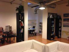 Postazioni ampie, con storage e armadi, comode e tranquille. Scrivanie che diventano la tua scrivania personale!