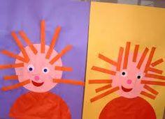 Haren knippen. Deze activiteit hoort eigenlijk bij het verhaal van Floddertje, maar je kunt de kinderen ook hun eigen haren na laten maken met stroken.