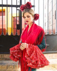 Buenos días de sábado, seguimos con la colección rojo pasión. Rosas rojas,esta opción sigue gustando mucho para las flamencas más fieles a… Moda Floral, Sari, Orange Blossom, Red Roses, Flamenco, Good Morning, Saree, Sari Dress