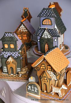 GINGERBREAD HOUSE~HALLOWEEN GINGERBREAD HOUSES Biscuits Halloween, Halloween Baking, Halloween Food For Party, Halloween Cookies, Halloween Treats, Halloween Diy, Halloween Decorations, Halloween Gingerbread House, Halloween Haunted Houses