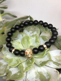 Totenkopf Armband   Etsy Skull Bracelet, Beaded Bracelets, Stone Beads, Glitter, Etsy, Jewelry, Gold Glitter, Skull And Crossbones, Semi Precious Beads