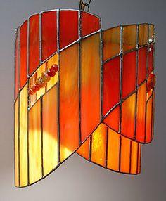 Découvrez des lampes en vitrail originales et uniques Stained Glass Crafts, Stained Glass Lamps, Stained Glass Patterns, Stained Glass Windows, Fused Glass, Glass Pendant Light, Glass Pendants, Tiffany Lamps, Paint Stain