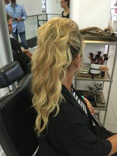 Coleta semi suelta en melena de extensiones (laserbeamer nano (Hairdreams)) con tupe desgreñado y muy natural para asistir a una boda @hairdreams