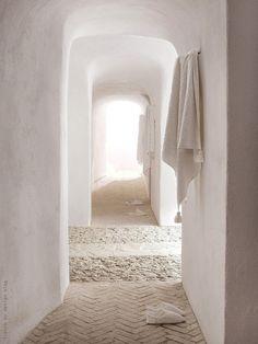 I so love this white tadelakt hallway Home Interior, Interior And Exterior, Nordic Interior, Color Inspiration, Interior Inspiration, Tadelakt, Pink Walls, White Walls, White Hallway