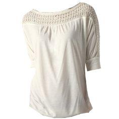 Feminines ecrufarbenes Shirt von Promod. Das Shirt besticht durch seinen U-Boot-Ausschnitt mit seinem Einsatz aus durchbrochenem Strick. Man kann es ideal kombinieren und es ist unheimlich angenehm auf der Haut zu tragen.