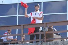 Torcedores ganharam camisas atiradas por jogadores alemães (Foto: Rodrigo dos Anjos/AgNews)