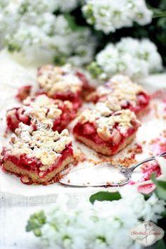Najlepsze ciasto kruche z truskawkami i rabarbarem pod chrupiacą waniliową kruszonką.