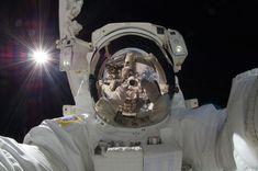 Reflejo de la Tierra y la ISS desde el casco de un astronauta. Demasié.