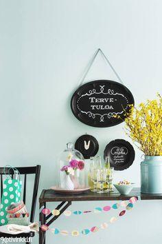 Liitutaulumaalilla ei tarvitse maalata koko seinää. Tee vanhoista tarjottimista tai lautasista pienet liitutaulut. Kuva Paavo Martikainen.