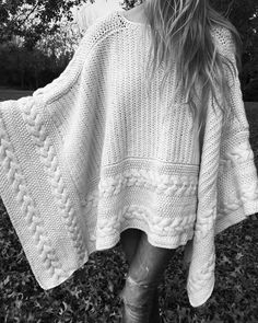 "NUEVOS PONCHOS DE ""EL CAMARIN""     SIEMPRE MUESTRO ESTOS PONCHOS TEJIDOS ARTESANALES DE ""EL CAMARÍN"" PORQUE ... Poncho Crochet, Knitted Shawls, Arm Knitting, Knitting Patterns, Scarf Sale, Shawls And Wraps, Couture, Instagram, Autumn Interior"