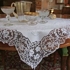 Linen fabric for this table-centre with Cantù lace made by hand. <3 #tablecloth #tableclothidea #embroideredtablecloth: