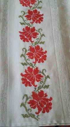 This Pin was discovered by Griselda. Discover (and save!) your own Pins. Cross Stitch Pillow, Just Cross Stitch, Cross Stitch Art, Beaded Cross Stitch, Cross Stitch Borders, Cross Stitch Flowers, Cross Stitching, Cross Stitch Embroidery, Embroidery Patterns