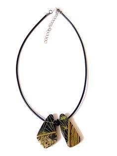 [Collier ras du cou en polymère, noir et doré.]  Ce collier est composé de 2 pendants que j'ai fabriqué en pâte fimo, polymère noir et doré.Accompagné de 2 perles noires et une breloque bronze. .  Je l'ai monté sur un buna cord noir.  Le tout se termine par un fermoir et une chaîne de réglage, afin d'ajuster le collier à la taille souhaitée.  <br/>  Dimensions :     -Pendentifs 4cm de haut    -Longueur du cordon réglable de 38cm à 45cm  Prix: 18.00 €  http://www.blcreafimo.fr