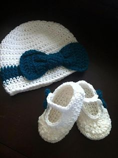 Ribbons n Bows hat & booties pattern - free at Ravelry Crochet Baby Clothes, Crochet Baby Shoes, Crochet Beanie, Knit Or Crochet, Cute Crochet, Crochet For Kids, Crochet Crafts, Crochet Projects, Häkelanleitung Baby