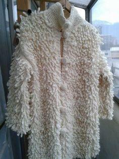 Abrigo tejido a dos agujas con lana 100% natural de oveja Magallanica, lo que lo hace conservar el calor.