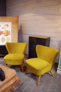 Paire de fauteuils cocktail par le Marchand d'Oublis Furniture, Funky Furniture, 1950s Interior, Living Room Chairs, Retro Lounge Chairs, Home Furniture, Home Decor, Mid Century Furniture, Interior Design