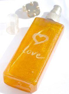 Pour laisser un doux sillage derrière-vous, lancez-vous dans la fabrication d'un parfum naturel maison pour les cheveux à base de produits naturels.