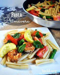 This Pasta Primavera is full of fresh veggies and your choice of meat for an amazing meal your family will love! #lmldfood