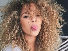 15 mentiras sobre cabelo cacheado que precisam parar de ser repetidas