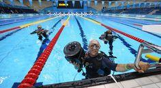 Así trabajan los fotoperiodistas durante las competencias de natación.