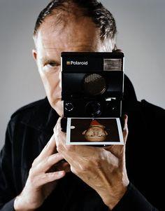 Anton Corbijn - né le 20 mai 1955, à Strijen, en Hollande-Méridionale - Photographe et réalisateur. Il commence sa carrière au mensuel musical Oor en 1977 avant de s'installer à Londres où il entre dans le magazine New Musical Express. Ses clichés noir et blanc fortement contrastés le font connaître et de nombreuses stars passent devant son objectif, parmi lesquelles David Bowie, Joy Division, U2, Miles Davis.