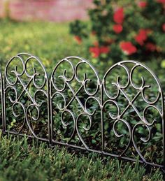 Легкие низкие ажурные кованые заборчики украсят практически любой сад. Для клумб с высокими цветами можно подобрать подходящую высоту такого заборчика, и он обеспечит хороший обзор цветов