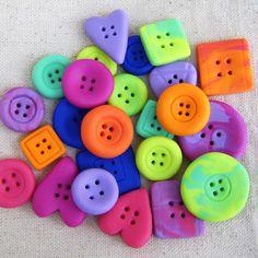 Queridas, olá.  Nos meus posts antigos que se perderam, um dos tutoriais mais visitados era de como fazer botões de biscuit. É um PAP si...