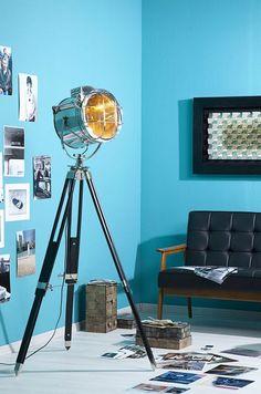 A l'apparence d'un projecteur de cinéma, ce lampadaire sort du lot. Pour les amoureux du grand écran ou ceux qui apprécie le style vintage, c'est la lampe qu'il vous faut.