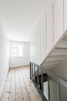 Bauernhaus Moorenweis: klassischer Flur, Diele & Treppenhaus von BUERO PHILIPP MOELLER