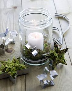 Windlichter mit Moos – Westwing Magazin Beautiful DIY wind light from a mason jar with cookie cutter Yule, Christmas Trees, Christmas Crafts, Christmas Lanterns, Cheap Christmas, Christmas Centerpieces, Diy Candles Easy, Deco Table Noel, Advent Candles