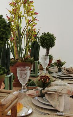 Composição de guardanapo floral e xadrez. Anfitrã