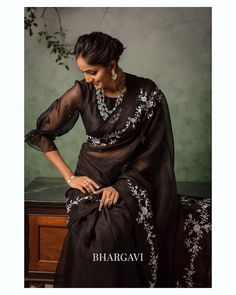 Check out these stunning floral summer sarees 2020 by the brand Bhargavi Kunam. Sari Blouse Designs, Fancy Blouse Designs, Indian Designer Outfits, Designer Dresses, Sleeves Designs For Dresses, Stylish Blouse Design, Simple Sarees, Saree Trends, Organza Saree