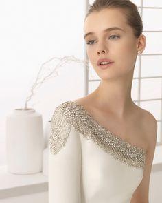 DENIA traje de novia en crep con adorno de pedrería.