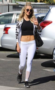 Julianne Hough shows abs in crop top with brother Derek Hough - Lida Virginia Abs-olutely stunning! Julianne Hough Body, Jullianne Hough, Fit Girls Bodies, Blond, Derek Hough, Leggings, Hottest Photos, Fitness Fashion, Fit Women
