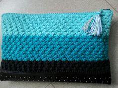 Clutch de ganchillo con base de piel con tachuelas by Sususi Hands (facebook)