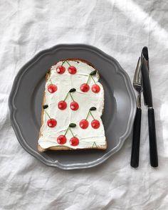 いま、インスタグラムを中心に話題になっている「#柄トースト」をご存知でしょうか。食パンにジャムなどを使って柄を描くトーストアートなんです。今回は、そんなキュートな「柄トースト」の作り方をご紹介します。 (2ページ目)