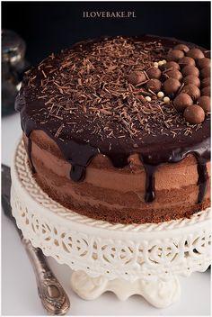Chocolate cake with chocolate mousse- Tort czekoladowy z musem czekoladowym Chocolate cake with chocolate mousse – I Love Bake - Cake Drawing, Donia, Chocolate Cake, Tiramisu, Cake Recipes, Food And Drink, Birthday Cake, Candy, Baking