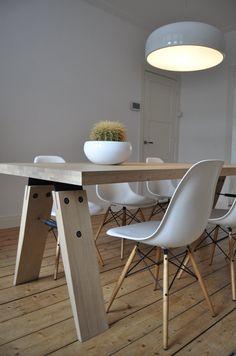 Qui a dit qu'une table ne bois ne convenait pas sur un parquet en bois ? Table Branch teinte Mist par Marc Th. van der Voorn pour le fabricant hollandais Odesi.