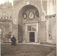 """Foto storiche di Roma - Chiesa di San Teodoro al Palatino. Sede della Confraternita del Sacro Cuore (detta dei """"Sacconi Rossi"""") Anno: 1903/14 'ca"""