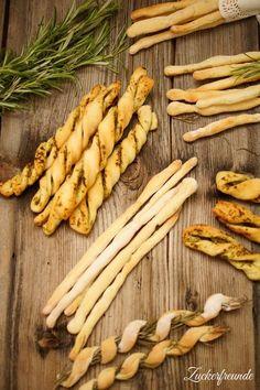 Grissini selber machen ist wirklich einfach. Das Rezept ist außerdem in zwei Varianten ausgelegt: einfache Rosmarin Brotstangen und gedrehte Pesto Stangen.