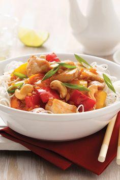Cette recette facile de sauté aux poitrines de poulet est tout ce qu'il y a de plus simple à préparer, en plus d'être bonne pour la santé! Yummy Food, Yummy Recipes, Thai Red Curry, Dishes, Ethnic Recipes, Sweet, Desserts, Gluten, Simple