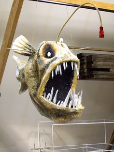 This would be really cool to like, put some kind of light bulb at the end of its little tentacle thingy and make it lamp of sorts. Paper Mache Sculpture, Fish Sculpture, Paper Clay, Paper Art, Paper Mache Animals, Metal Fish, Paper Mache Crafts, Prop Making, Fish Crafts