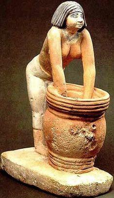 La indispensable cerveza, (keneket) elaborada con cebada y utilizaba también como alimento principal, no sólo como bebida.      Los egipcios también elaboraron todo tipo de pasteles, y para endulzar sus postres y bebidas utilizaron la miel y las semillas de algarrobo