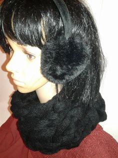 Gros tour de cou noir tressé (snood) Tricoté avec les bras ! 74x30cm 20% de laine, 35% microfibre polyamide , 45% microfibre polyacrylique Lavage à la main