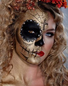Creative gold and black half Dia De Los Muertos Sugar Skull make-up with clear c… Creative gold and black half Dia De Los Muertos Sugar Skull make-up with clear crystal accents, – Das schönste Make-up Halloween Look, Halloween Face Makeup, Halloween Ideas, Halloween Costumes, Halloween 2018, Sugar Skull Makeup, Sugar Skulls, Day Of The Dead Skull, Day Of The Dead Makeup Half Face