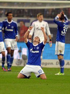 Der Schalker Lewis Holtby sinkt nach dem Abpfiff auf die Knie. Kurz zuvor hatte er mit einer Rettungstat auf der Linie den Bremer Ausgleich noch verhindert und damit den Königsblauen den 2:1-Sieg festgehalten. (Foto: Federico Gambarini/dpa)