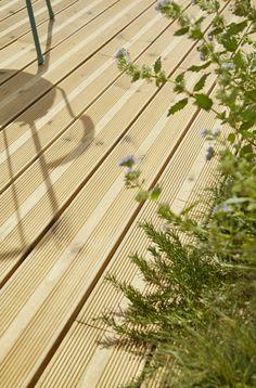 Des lames de terrasse en pin pour un résultat naturel et vegétal. #castorama #inspiration #decoration #ideedeco #tendancedeco #jardin #exterieur #amenagement #plantes #vegetal #terrasse