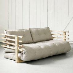 """In Sachen Entspannung können wir von den Japanern noch einiges lernen. Angefangen beim gesunden und leichten Essen, über Shiatsu und Jin Shin Jyutsu, Meditation nach Zen-Ritualen, Akupressur, bis hin zur Tradition der Badekultur und schließlich dem richtigen Schlaf. Das Geheimnis des japanischen Tiefschlafs liegt im Futon. Lüften können wir das nicht, aber wenn etwas funktioniert, ist das """"wie"""" nicht so wichtig.Das Snooze Sofa bietet jedenfalls den perfekten Untergrund, um dem Gehei…"""